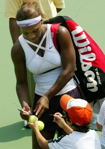 2009 Wimbeldon Champ, Serena Williams, signs with Sharpie